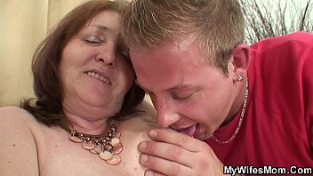 son seduce mother day Il baise sa mere avec son pote